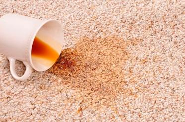 Как удалить с ковра пятна кофе или чая