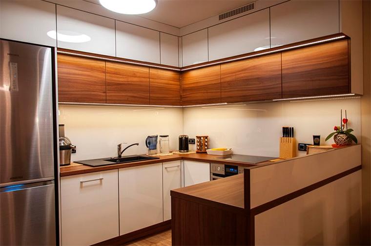 Кухня бело-коричневая