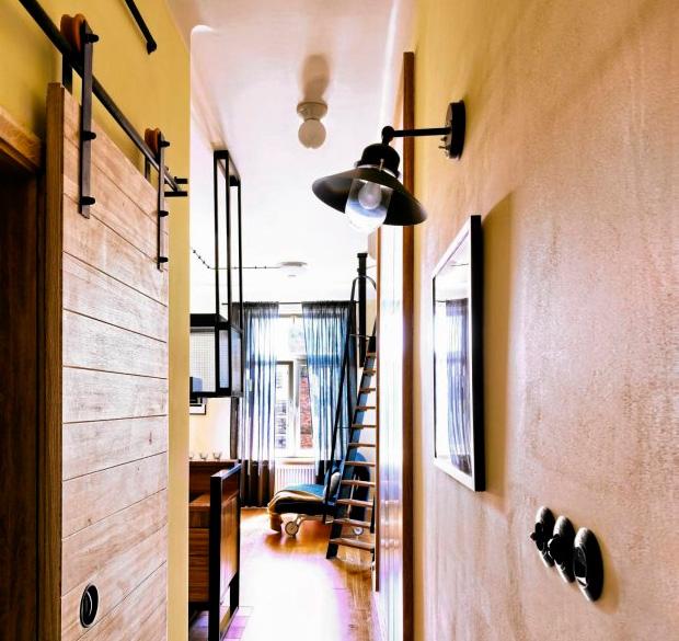 Деревянные двери на металлических рельсах