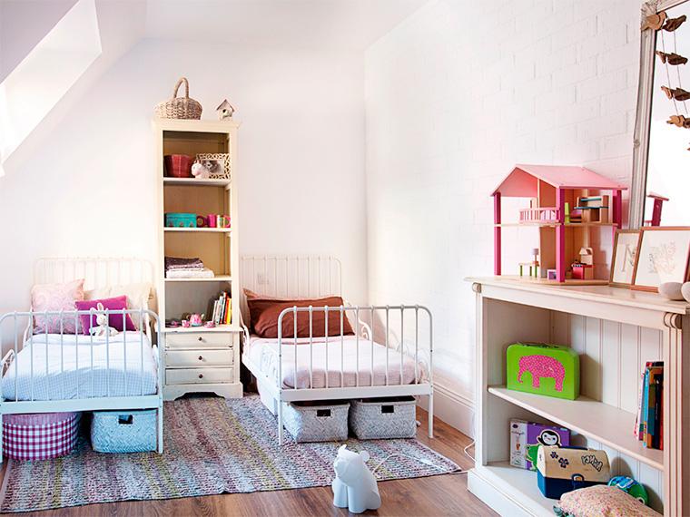 Очаровательный дизайн интерьера детской для двух девочек на мансарде