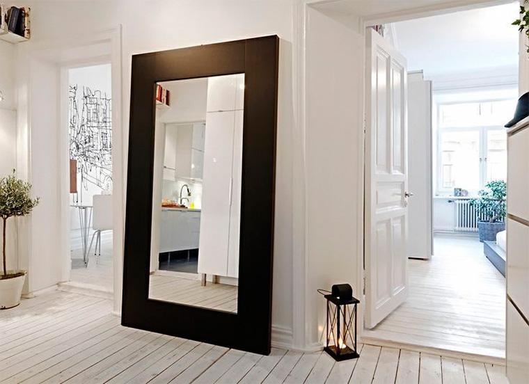 Маленькая прихожая в скандинавском стиле с зеркалом