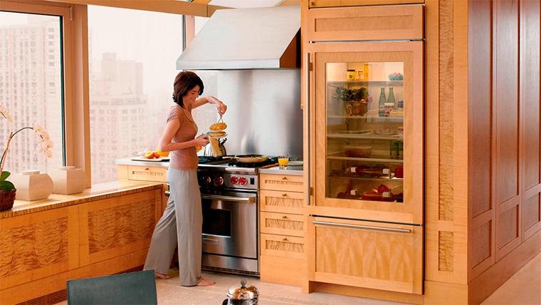 Кухонный гарнитур со встроенным холодильником - фото