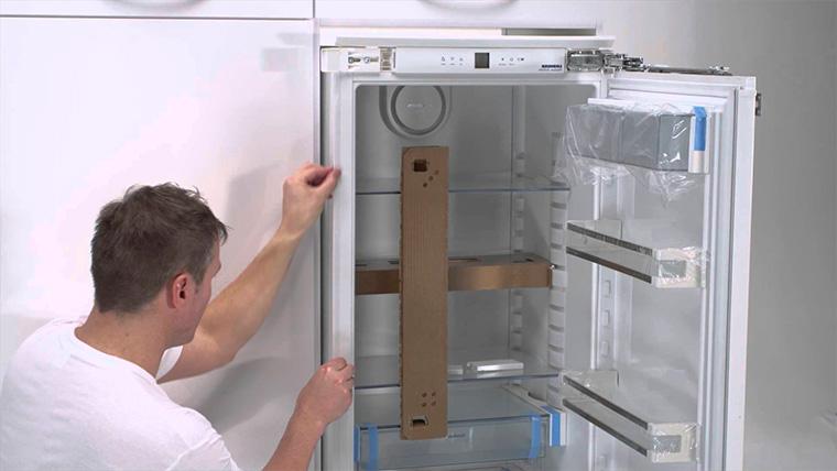 Холодильник, встроенный под столешницу кухни