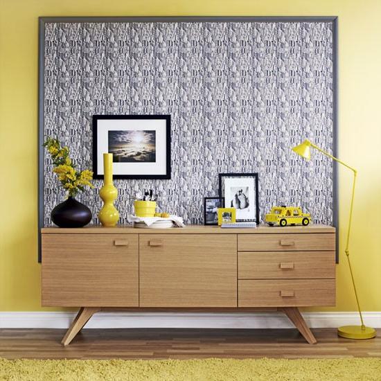 Декоративная рамка из молдинга и обоев в качестве фона для мебели