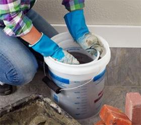 Наполняем большое ведро на 1/2 объема бетонной смесью
