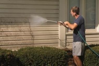 промывать водой с моющим средством под давлением