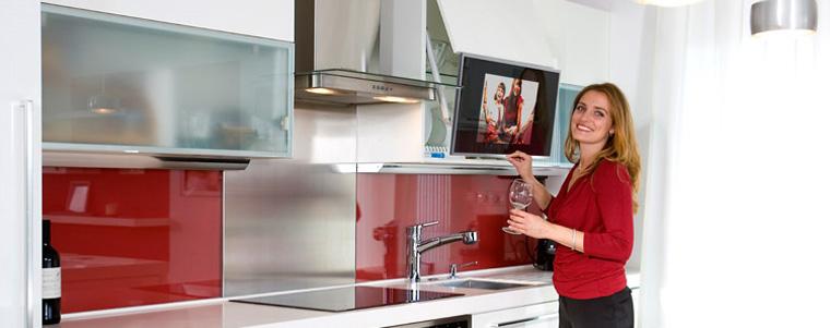 Телевизор, выполняющий роль дверцы шкафа