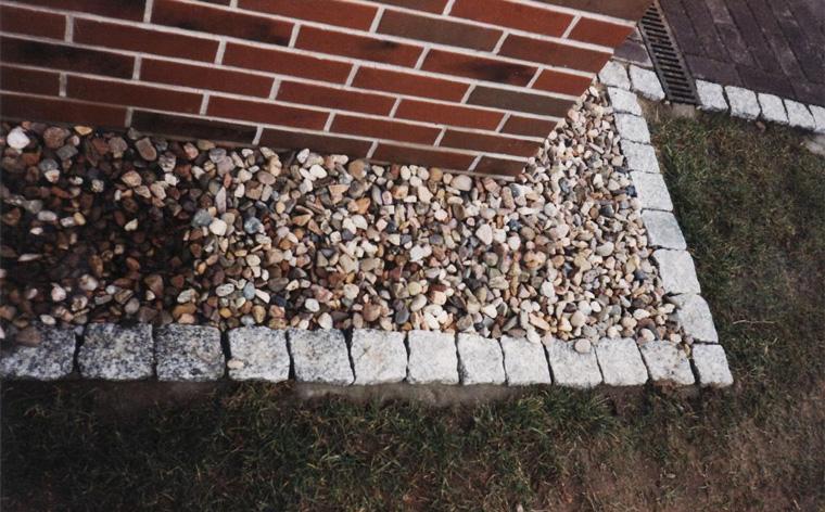 Как правильно сделать отмостку камнем вокруг дома?