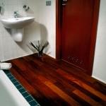 Пол в ванной из дерева