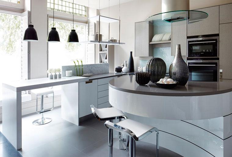 Интерьер кухни в белом цвете