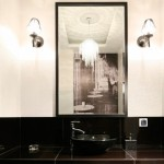 Установка двух симметричных светильников с обеих сторон зеркала