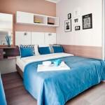 Кровать в интерьере спальни в маленькой комнате