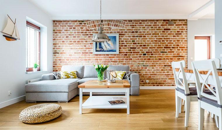 Интерьер с кирпичными стенами