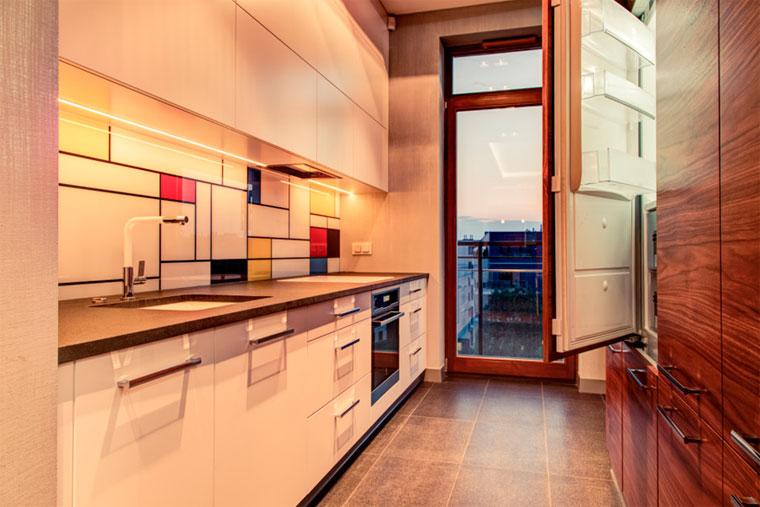Как встраивают холодильник в кухню?