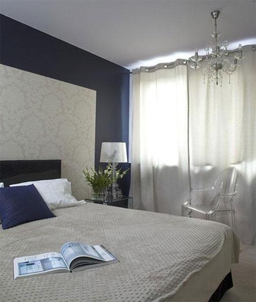 Интерьер спальни с двумя видами обоев в классическом стиле