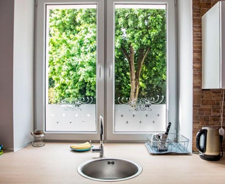 Как украсить окна кухни при помощи наклеек