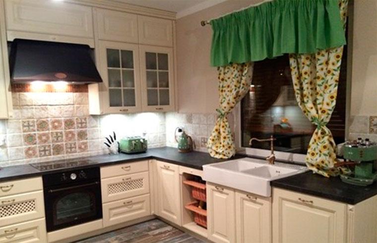Классический декор окон на кухне – фото